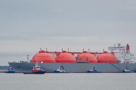 LNG-TANKER IN HAVEN - groot schip in sleepbootverzekering