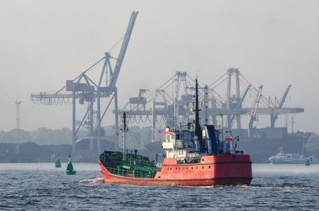 OLIEPRODUCTEN TANKER - Een rood schip komt de haven binnen