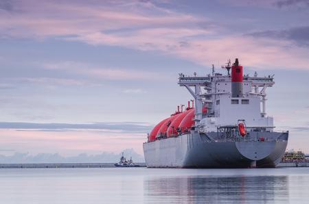 GAS CARRIER EN PORT - Nave en el puerto al amanecer Foto de archivo - 87167604