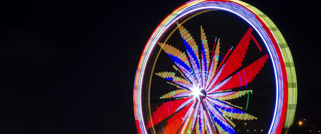 FERRIS WHEEL AT NIGHT - Carousel for children and adults 版權商用圖片 - 91738852