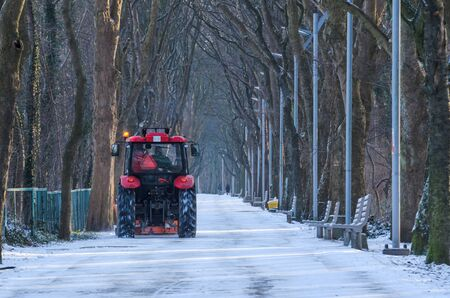 WINTER - Snow removal of the promenade in the city park