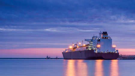 CITERNE DE GNL - Lever de soleil sur le terminal de gaz de mer