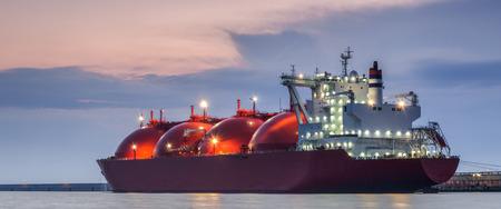 CITERNE DE GNL - Navire à l'aube amarré au terminal gazier