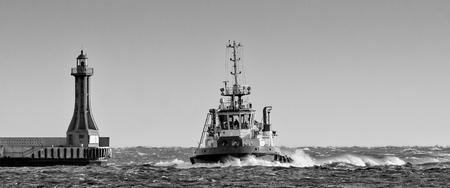 TUGBOAT - Navire sur la mer orageuse Banque d'images