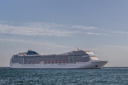 CRUISE SHIP - Een prachtig passagiersschip manoeuvreert in de haven van Gdynia