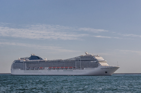 NAVIRE DE CROISIÈRE - Un beau navire à passagers manœuvre dans le port de Gdynia