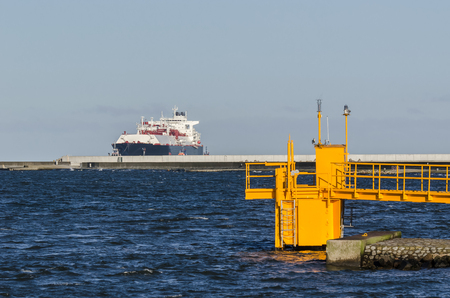 GAS CARRIER - A tanker with a natural gas cargo flows into the sea port Banque d'images