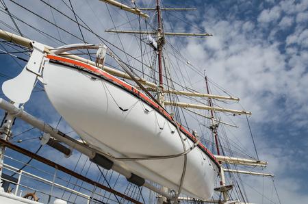 WHITE FRIGATE - Rettungsboot und Takelage eines schönen Schiffes Standard-Bild
