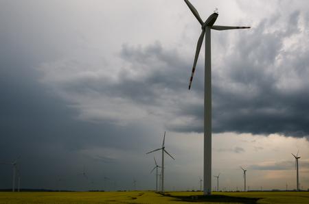 WOLKEN IM HIMMEL - Stürmisches Wetter über Windpark