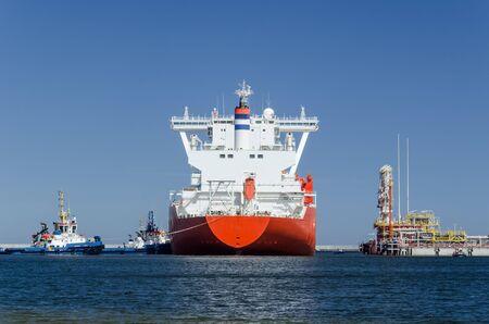 GAZOWNIK I TERMINAL LNG - Duży statek manewruje w porcie cumowniczym przy nabrzeżu