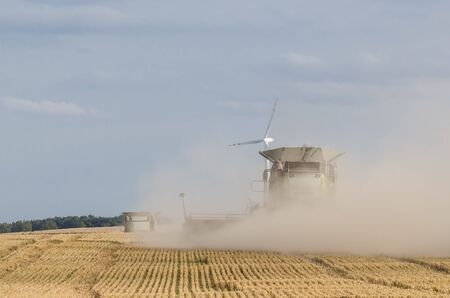 AGRICULTURAL MACHINE - A modern combine harvester works in the field during harvest time Standard-Bild