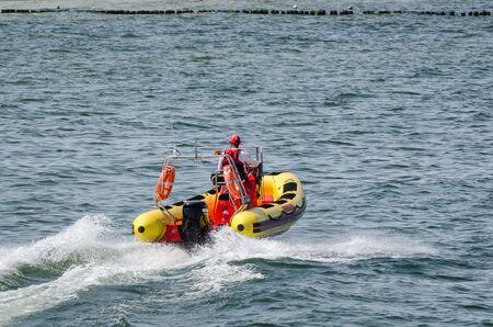 RETTUNGSBOOT - Der Retter patrouilliert im Ferienbadeort an der Meeresküste