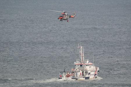 GDYNIA, REGION POMERANIEN/POLEN - 2019: Ein Seesuch- und Rettungsboot und ein Seenotrettungshubschrauber