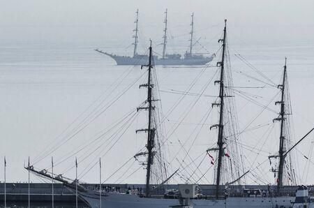 SEGELSCHIFFE - Polnische und brasilianische schöne Fregatten in den Gewässern des Danziger Meerbusens Standard-Bild