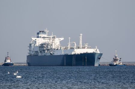 LNG TANKER AND TUG BOATS - Great ship maneuvers to the LNG terminal