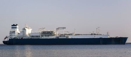 LNG TANKER - Great ship maneuvers to the LNG terminal