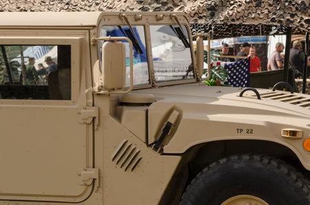 BORNE SULINOWO, WESTPOMERANIAN/POLEN - 2019: Mehrzweckradfahrzeug mit hoher Mobilität - Ein Militärfahrzeug in einer Wüstentarnung an einem improvisierten Kontrollpunkt