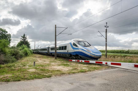 USTRONIE MORSKIE, WEST POMERANIAN / POLAND - 2020: A modern and fast PENDOLINO electric multiple unit on the railway route 新聞圖片