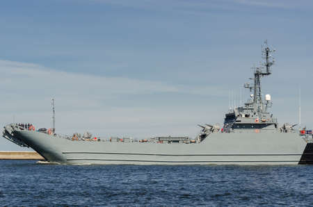 SWINOUJSCIE, WEST POMERANIAN / POLAND - 2020: Warship sails out of the harbor 新聞圖片