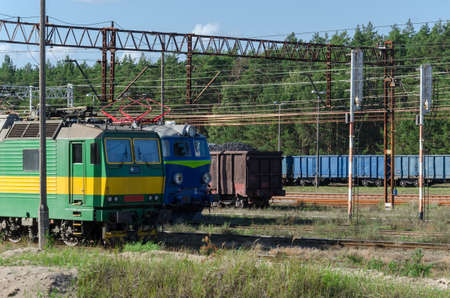 ELECTRIC LOCOMOTIVE AND COAL WAGONS - Heavy goods vehicle on the railroad