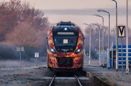 KOLOBRZEG, WEST POMERANIAN - POLAND - 2021: A modern hybrid passenger train in a small village station 新闻类图片