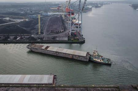 BARGE - The ship is maneuvering at quay of transhipment terminal 免版税图像
