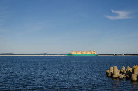 LNG TANKER - Ship maneuvers at the gas terminal berth