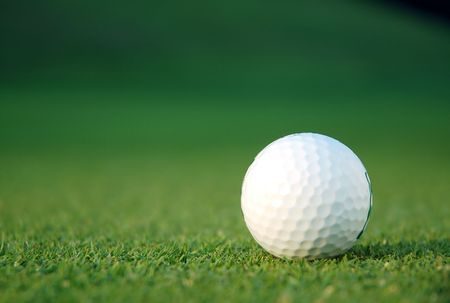 녹색에 골프 공