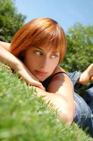 Dreaming meisje lag in een weiland Stockfoto