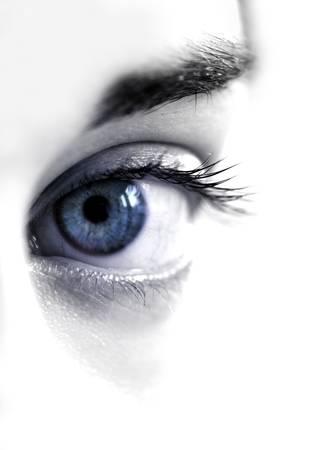 女性の目を青します。