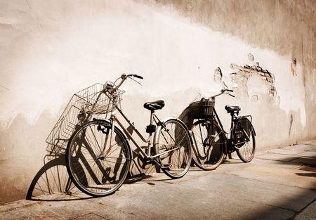 이탈리아어 구식 자전거 벽에 기대어