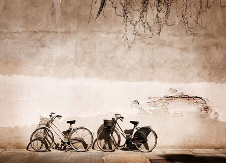 Italiaanse oud-stijl fietsen leunend tegen een muur Stockfoto