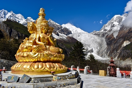 Golden statue and Mt. Gongga in the background, Sichuan, China 版權商用圖片