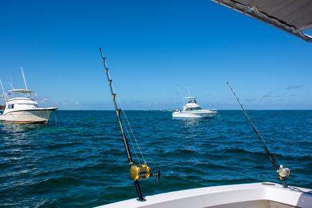 海の美しい白い漁船がトローリングで従事している iA