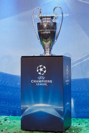 UEFA Champions League-Trophäe auf einem blauen Hintergrund