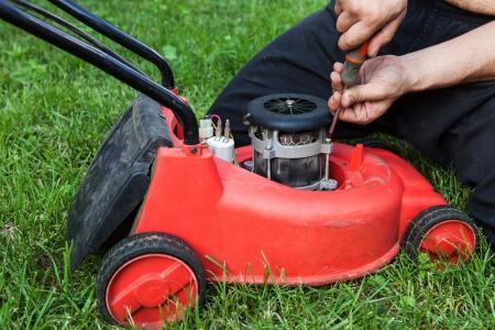 lawn mower repair at home 스톡 콘텐츠