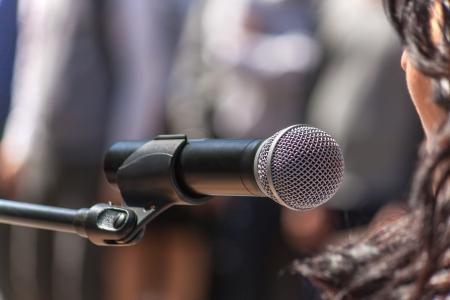 hablante: Micr�fono del altavoz en la manifestaci�n, de cerca Foto de archivo