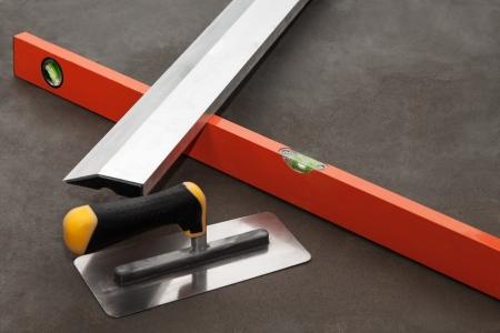 Construction Edelstahl Kelle Tools auf Zementmörtel Boden Standard-Bild