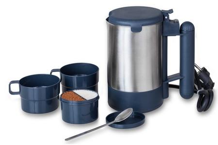 Travel Set, elektrische Wasserkocher, Tassen, Zuckerdose und Teelöffel auf einem weißen Hintergrund mit Clipping-Pfade