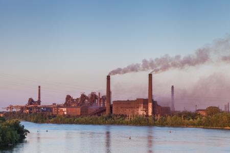 contaminacion aire: Antiguo Trabajos metalúrgicos en el paisaje de ribera Industrial