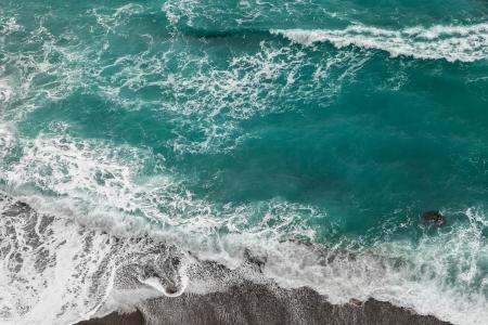 Seashore mit rollenden Wellen, aus einer Höhe von 300 Metern zu sehen