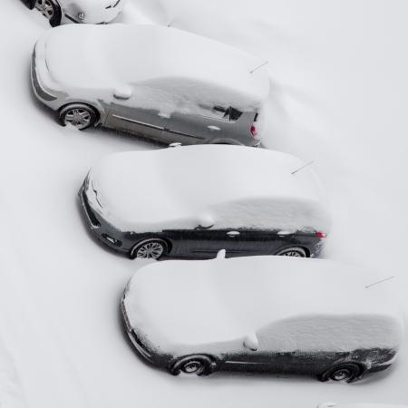 Autos von Schnee nach Schneesturm, Ansicht von oben abgedeckt Standard-Bild