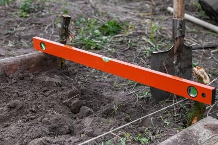 Aushubarbeiten auf dem Bauernhof, die Vorbereitung Betten für Anpflanzen von Setzlingen Lizenzfreie Bilder