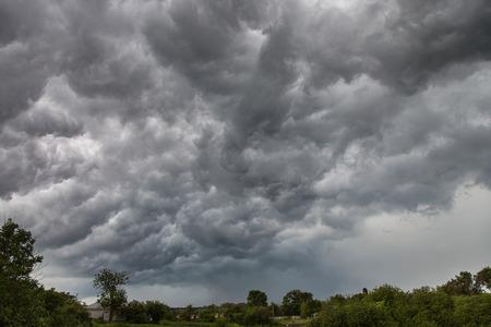 Landschaft im ländlichen Raum vor dem Sturm, Himmel mit dunklen Wolken Standard-Bild