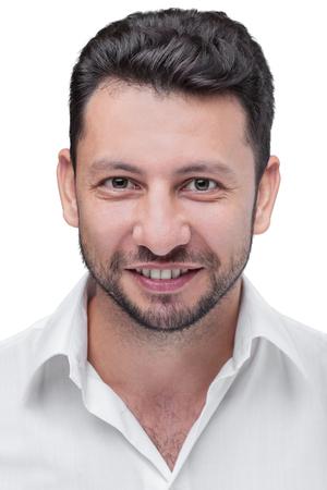 hombre arabe: joven atractivo hombre de Oriente Medio con barba, retrato en estudio aislado en el fondo blanco