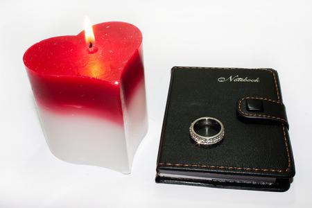 bougie coeur: C?ur bougie avec la flamme et bague de fian�ailles sur portable