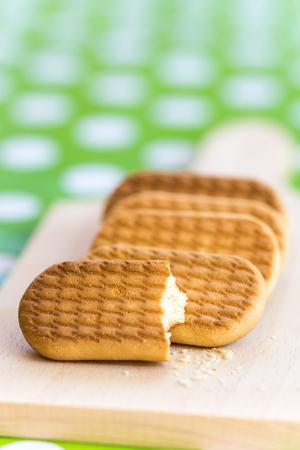 galletas integrales: Cookies en la macro de primer plano de madera.