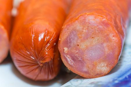 charcutería: Salchichas rojas domésticas macro del primer bbq de la carne.