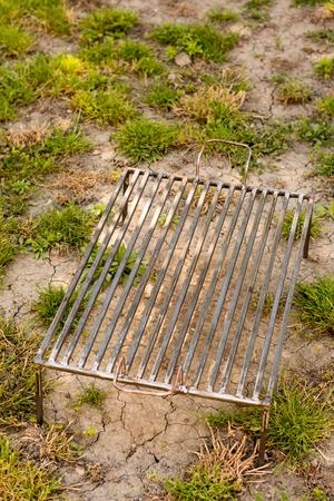 수제 바베큐 그릴은 잔디밭에 강철로 만들었습니다.