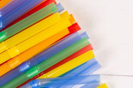 Colorful plastic straws background on the table. Zdjęcie Seryjne